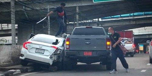 Unfassbare Attacke: Nach Autounfall: Mann geht mit Samurai-Schwert auf Fahrer los