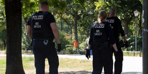 News zur Corona-Pandemie im Ticker : Ausgangssperre ignoriert: Polizei löst Ansammlung von 300 Menschen in Berliner Park auf