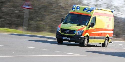 Drei Verletzte bei Wildunfall: Fahrzeug überschlägt sich