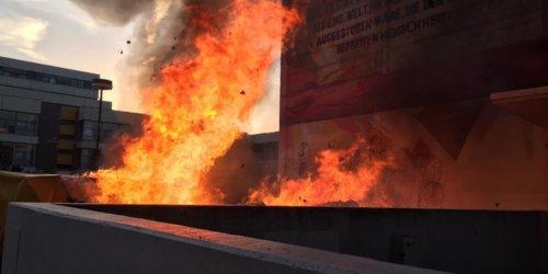 Feuerwehr Frankfurt am Main: FW-F: Frankfurt: Am Campus Bockenheim brennen 20 Tonnen gebrauchter Bücher