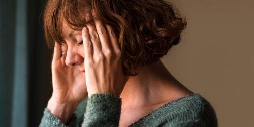 Minzöl, Ibuprofen, Yoga: Dumpfer Druck im Kopf: Wie Spannungskopfschmerzen entstehen und was dagegen hilft
