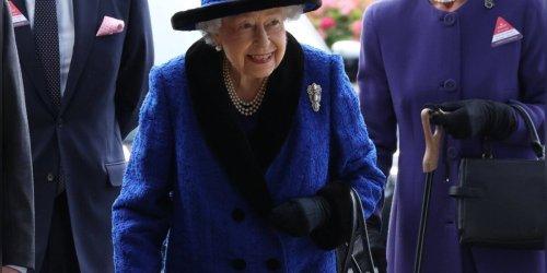 In blauem Outfit unterwegs: Queen Elizabeth II. strahlt bei Auftritt in Ascot