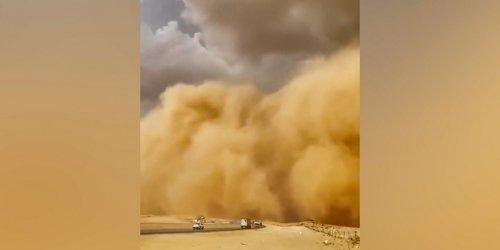 Szenen wie aus einem Katastrophenfilm: Riesige Wand aus Staub: Sandsturm bricht über Riad herein