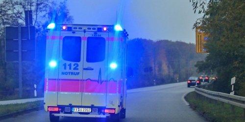 Mann mit Stichverletzungen in Krankenhaus eingeliefert