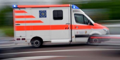 Polizei: Frau stürzt wegen Handy aus Fenster