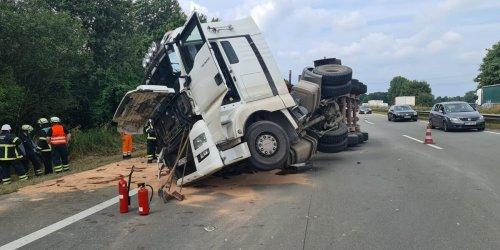 Kieslaster kippt auf die Seite – Autobahn bei Hamburg gesperrt