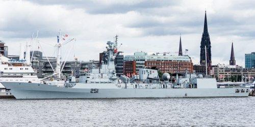 Was macht das Pakistani-Kriegsschiff im Hafen?