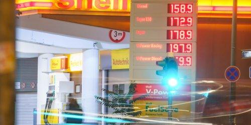 Heizkosten und Benzinwucher im News-Ticker: Benzin sehr viel billiger: Deutsche stürmen Tankstellen in Tschechien