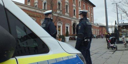 Bundespolizeidirektion München: Bundespolizeidirektion München: Angriff auf Polizeibeamte: 42-Jähriger geht mit Gitarre auf Bundespolizisten los