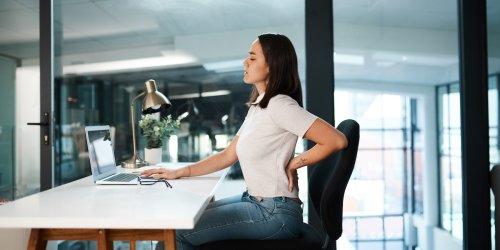 Buckel vermeiden: Schultern zurück, Brust raus: Wer am PC arbeitet, sollte jeden Tag 3 Übungen machen