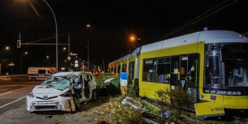 Straßenbahn stößt mit Pkw zusammen: Autofahrer tot