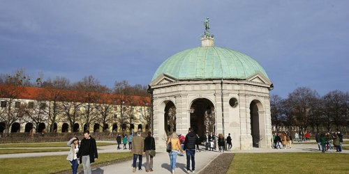 Hofgarten München: 20-Jähriger von Jugendlichen grundlos getreten und geschlagen - Polizei sucht Zeugen