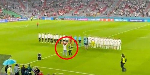 Fan stürmt mit Regenbogen-Flagge auf Spielfeld, als Ungarns Nationalhymne ertönt