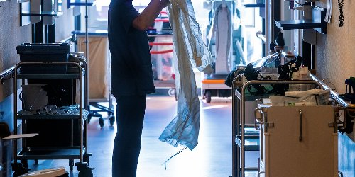 News zur Corona-Pandemie im Ticker : RKI: 6125 Corona-Neuinfektionen binnen 24 Stunden - bundesweite Inzidenz sinkt auf 115,4