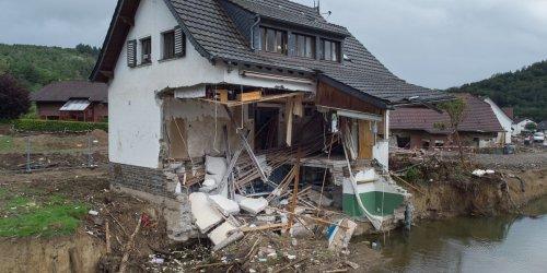 """Hochwasserschutz droht zu scheitern: """"Das ist doch eine tödliche Falle"""", klagt der Bäcker, als er ins Ahrtal hinunterblickt"""