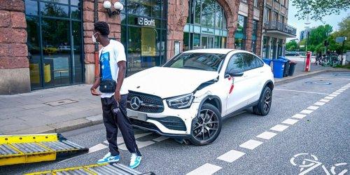 Mercedes beschädigt: HSV-Spieler baut Unfall in Hamburgs City
