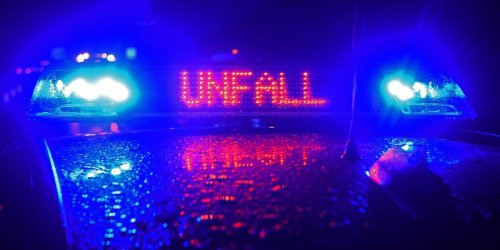 Tödlicher Unfall: Auto kollidiert mit geparktem LKW