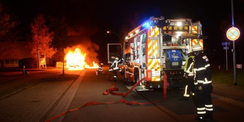 Wohnmobil brennt lichterloh – mehrere Explosionen