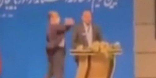 Angeblich verärgert wegen Corona-Impfung: Schallende Ohrfeige: Mann schlägt iranischen Politiker auf offener Bühne