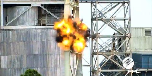 Spektakuläre Sprengung: Schornstein eines Kohlekraftwerks zerstört Kamera
