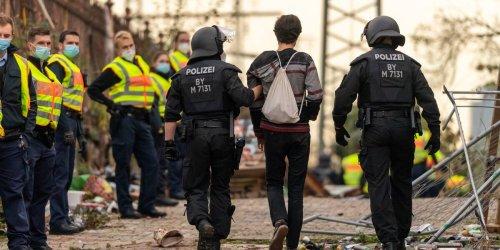 Nachbarn riefen die Polizei: Illegale Corona-Party in München endet übel: Bänderriss, Rippenprellung, Geldstrafe