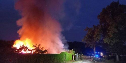 Feuerwehr Gelsenkirchen: FW-GE: Gartenlauben brennen in Bulmke-Hüllen