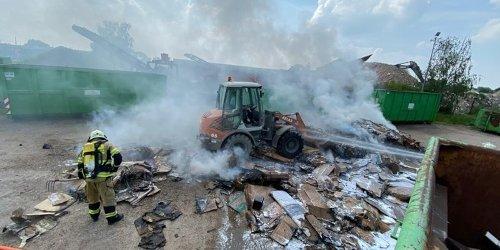 Feuerwehr Xanten: FW Xanten: Brennende Müllpresse auf einem Wertstoffhof