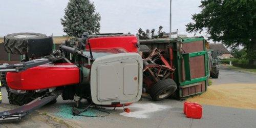 Polizeiinspektion Lüneburg: POL-LG: ++ Trecker mit Anhänger kippt um und verliert Ladung ++ Lkw fährt auf - Bundesstraße über Stunden gesperrt ++ mit Pkw gegen Baum gefahren - Fahrer verstirbt am Unfallort ++