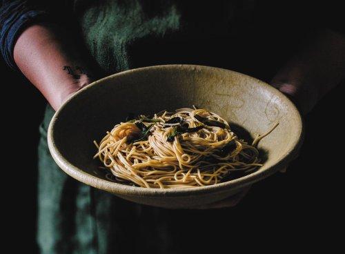 Scallion Oil Noodles (葱油拌面 / cōng yóu bàn miàn)