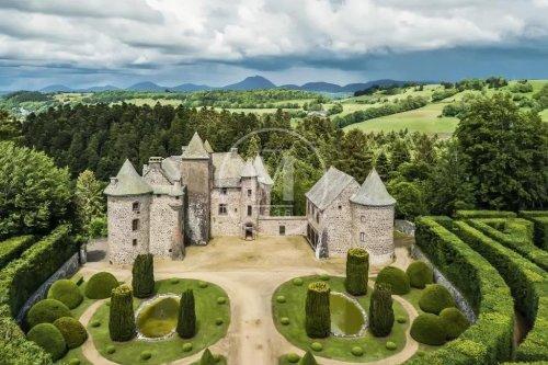 MERVEILLE | Ce château médiéval dans le Puy-de-Dôme est à vendre ! - Forbes France