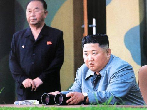 Des photos du défilé militaire de la fête nationale de la Corée du Nord montrent des personnes marchant en combinaison de protection, mais pas de missiles balistiques - Forbes France