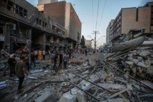 Colpito il grattacielo dei media a Gaza. Pioggia di razzi su Tel Aviv