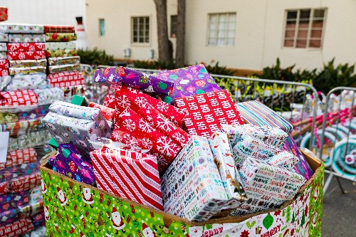 Los Angeles charity holds drive-through Christmas celebration
