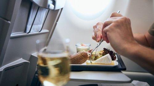 Alaska Airlines brings back food, beverage service on some flights: report