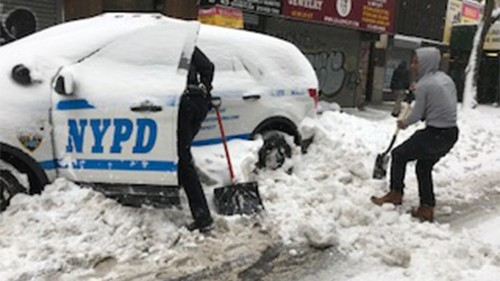 Good Samaritan helps NYPD officer shovel police cruiser out of snow pile up