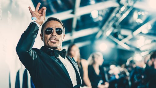 Salt Bae fed a woman steak as her date watched in confusion, and Twitter users are unsure what to think