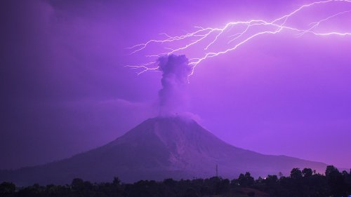 Lightning strikes erupting Indonesia volcano spewing 16,000-foot ash cloud