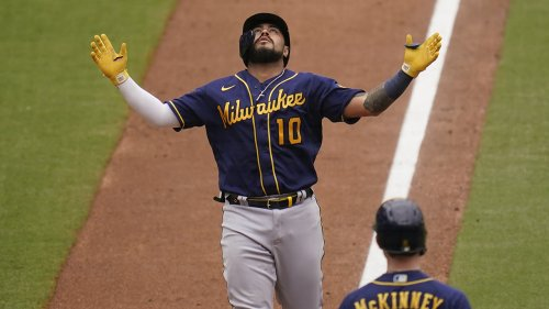 Narvaez, Peterson homer, Brewers win 4-2 to sweep Padres