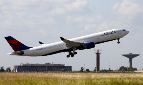 Delta sees profit later this year as it posts another dismal quarter