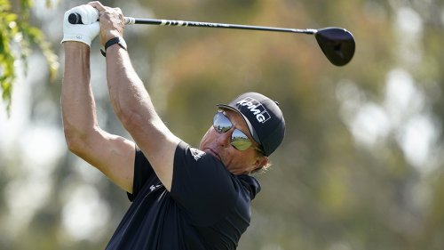 Mickelson off to uneven start after dinging at U.S. Open