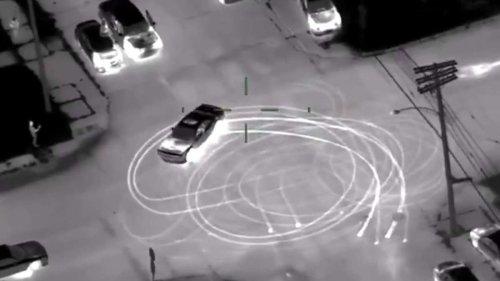 Dodge brennt Donuts mitten auf Kreuzung – Polizei schnappt Verdächtige nur, weil ...