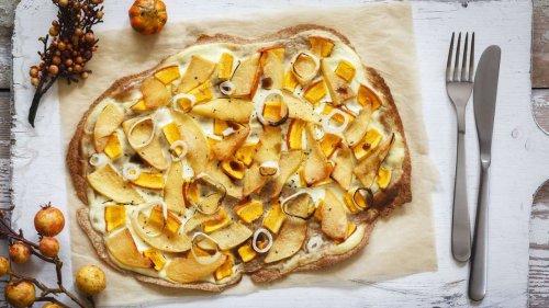 Flammkuchen-Liebe: Mit einem Belag aus Kürbis wird es herbstlich auf dem Tisch