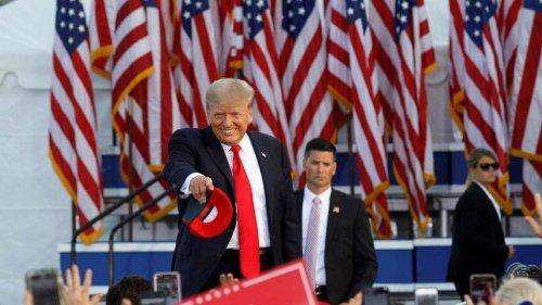 """Donald Trump: Anhänger:innen sollen Loyalität mit einer """"Trump-Card"""" demonstrieren"""