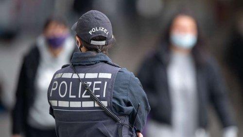 Unfassbarer Vorfall in deutschem Zug: Frau verweigert Maske und droht mit Tankstellen-Tat
