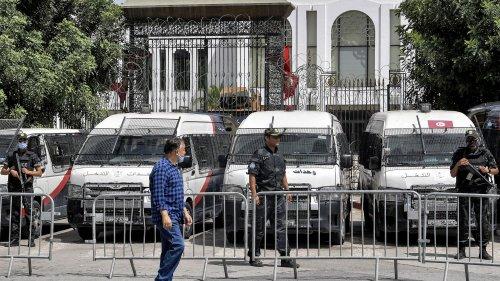 """Une semaine après le coup de force de Kaïs Saïed, des Tunisiens inquiets sur les intentions de leur président : """"Il menace tout un processus démocratique"""""""