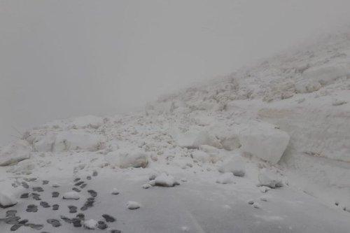 Cantal : la route du Puy Mary fermée après une coulée de neige