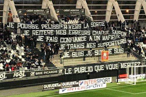 """""""Le président est assez fantomatique"""", """"le recrutement n'est pas bon"""" : les supporters de l'Amiens SC sont en colère"""