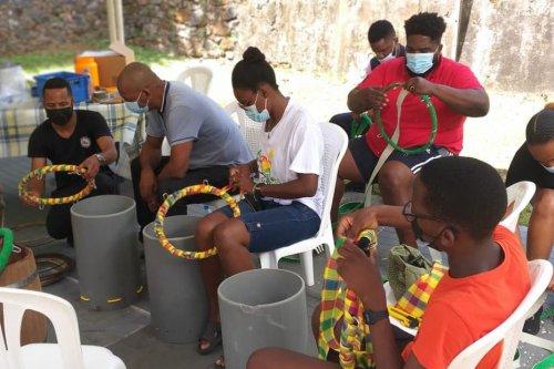 """Mois de la Ville de Cayenne : """"Tambou Lévé"""" perpétue la tradition en proposant un atelier de fabrication de tambour - Guyane la 1ère"""