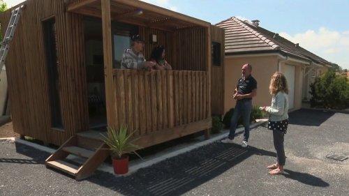 """""""Il est à la fois chez lui et chez nous"""" : des familles installent leurs aînés dans un studio de jardin"""