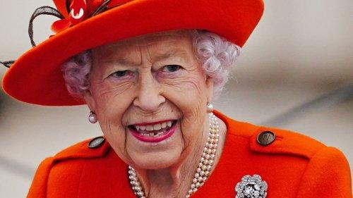 """La reine Elizabeth II est """"énervée et frustrée"""" de ne pas assister à la COP26, selon un journaliste britannique"""